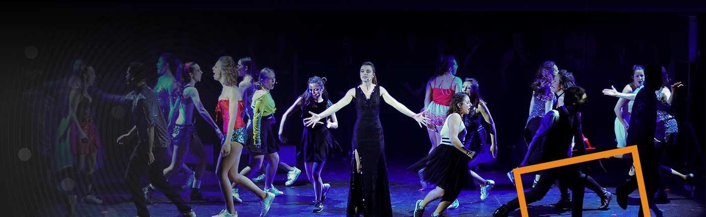 Cours et des stages de Comédie Musicale à Paris pour les ados (de 13 à 17 ans).